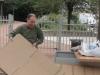 Robert qui fait du rangement dans les cartons